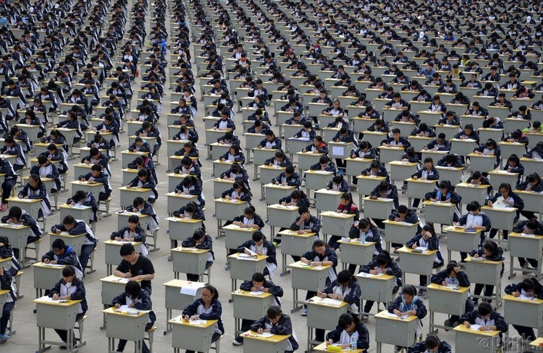 Задгай талбайд шалгалт өгч буй сурагчид - Ичуан, Хятад