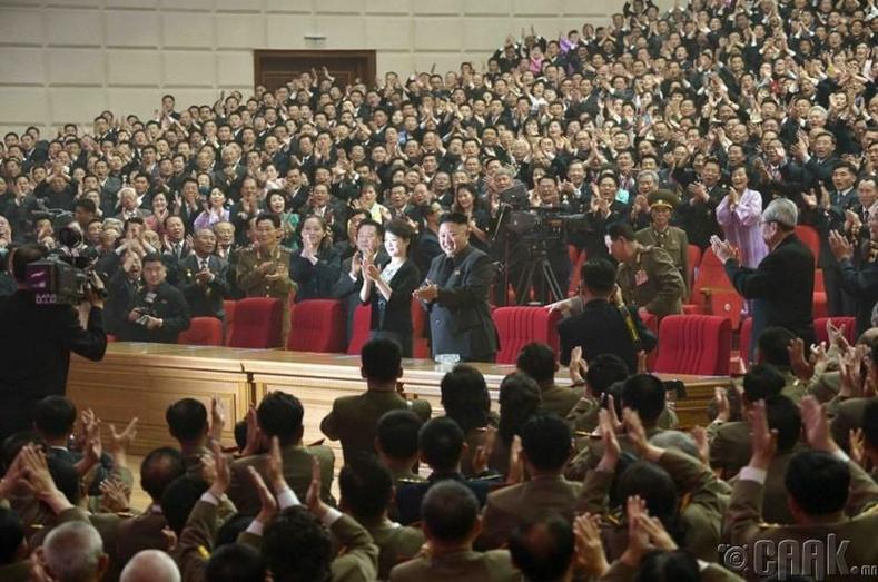 Пхеньян дахь Соёлын ордонд Моранбонг хамтлагийн тоглолтыг үзсэн нь, 2014 оны 5 сарын 20