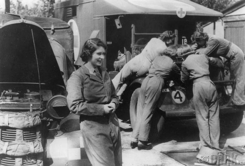 Хатан Хаан Элизабет II жолоочийн ажил хийж байгаа нь