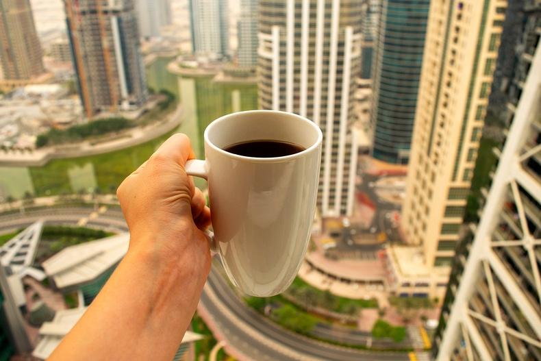 Дэлхийн хамгийн өндөр барилгын цонхоор нар шингэхийг харангаа кофе ууна