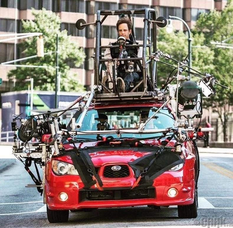 """""""Baby Driver"""" киноны машин доторх дүрсийг авах үед жинхэнэ жолооч нь машины дээр байжээ."""