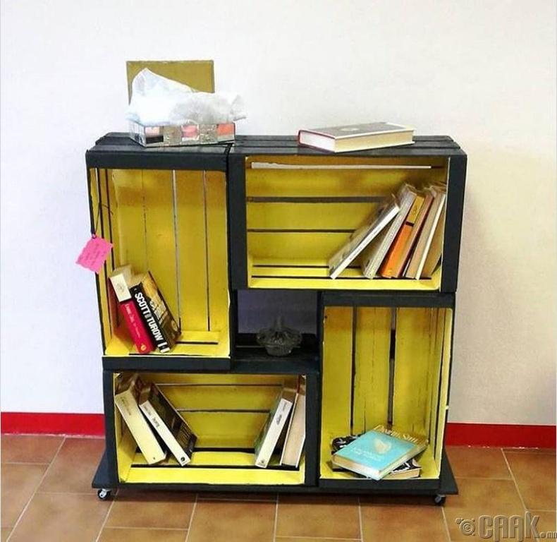 Хуучин модон хайрцгийг номын тавиур болгосон байна