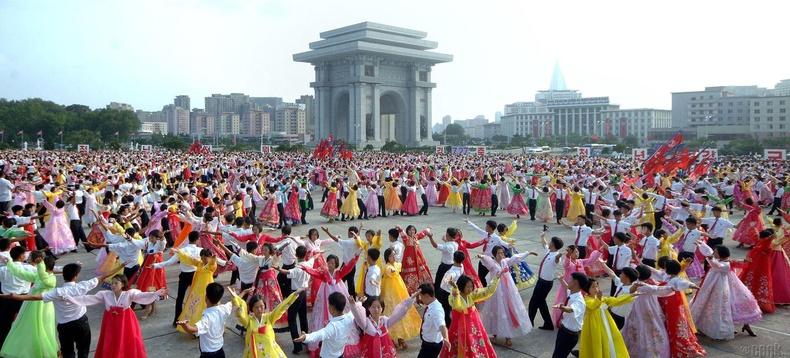 Олон нийтийг албадан хамруулдаг бүжгийн наадам
