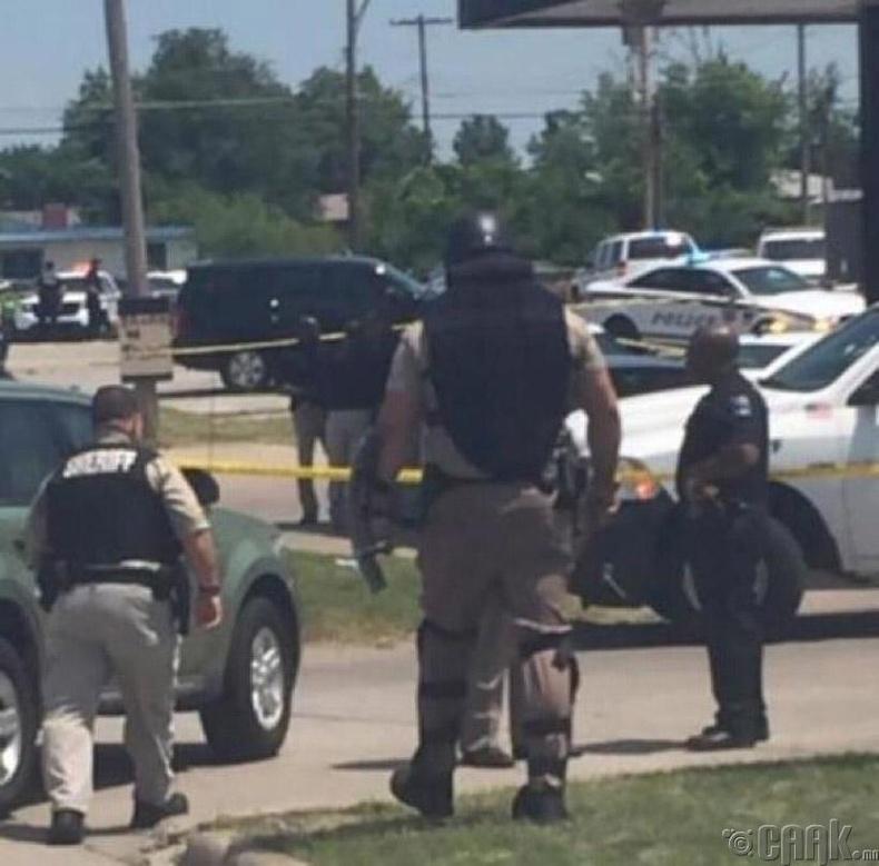 Оклахома мужийн Тулса хотын цагдаа залуу. 205 см өндөр, 150 кг жинтэй