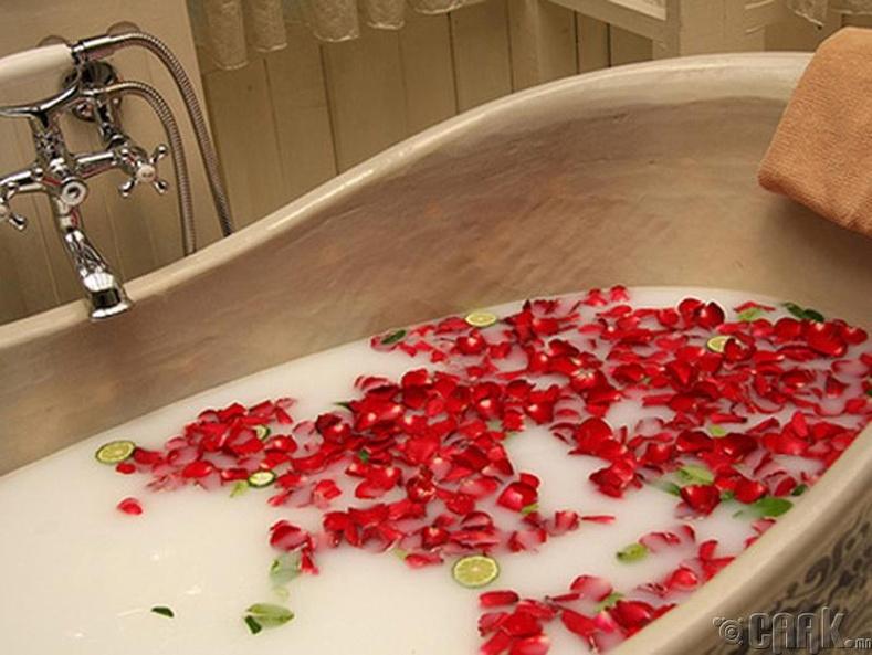 Халуун устай ваннд хэвтэх юм уу шүршүүрт орох