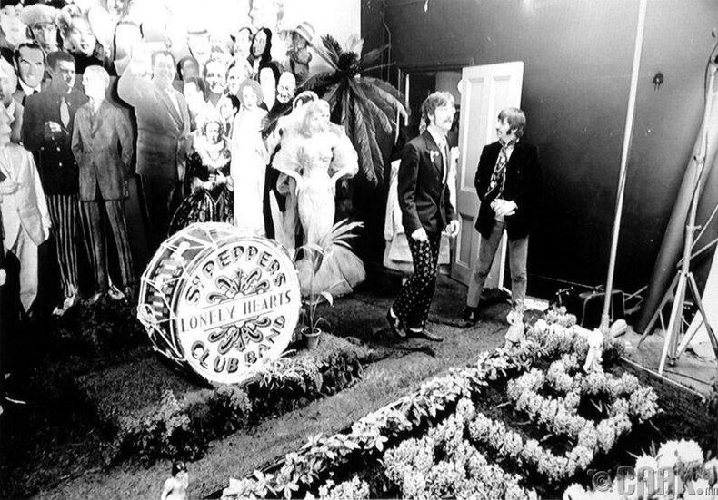 Битлэс хамтлаг-1967 оны Түрүүч Пепперийн ганцаардсан зүрхний клуб дэх найрал хөгжим