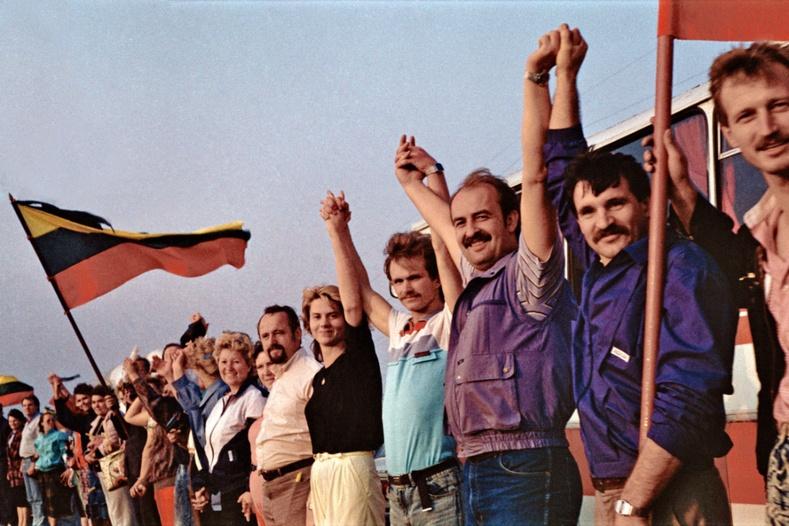 """Социалист систем нуран унасныг дэлхий дахинд зарласан Балтийн алдарт """"Хүн хэлхээ"""""""