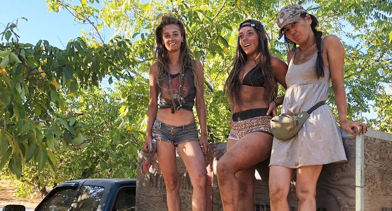 Нийгмээс залхаж, зэрлэг байгальд амьдрахаар явсан 3 бүсгүй
