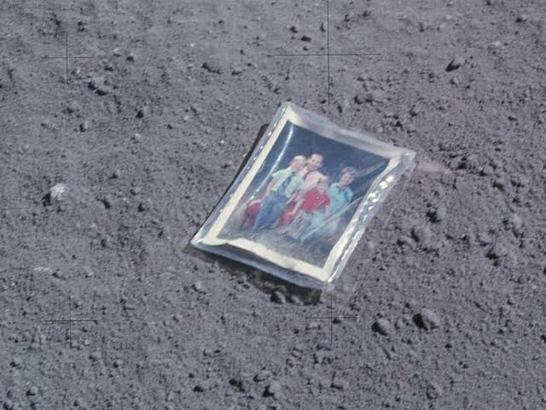 Сансрын нисгэгч Чарльз Дюкийн гэр бүлийн зураг саран дээр одоо хүртэл бий