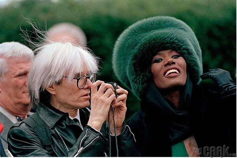 Грейс Жонс, Энди Вархол нар (Grace Jones, Andy Warhol) Арнольд Шварцнеггерийн (Arnold Schwarzenegger) хуримын ёслол дээр, 1986 он