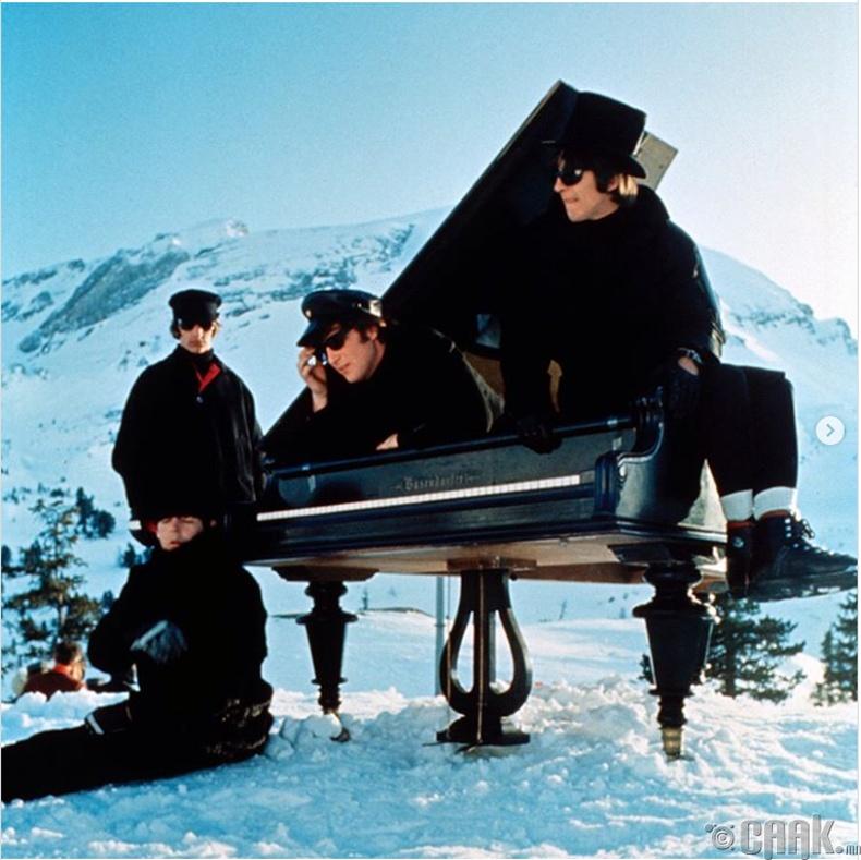 """""""The Beatles"""" хамтлаг """"Help!"""" дууны клипны зураг авалтын үеэр - 1965 он"""