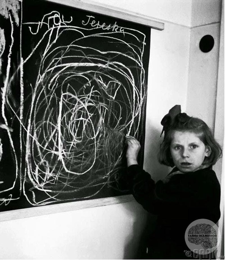 Нацистын хорих лагериас суллагдсан охин байшин зурах гэж оролдож байна - 1944 он
