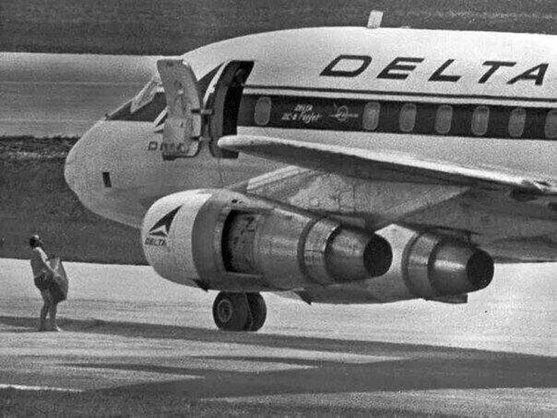 Америкийн FBI-н ажилтан онгоцонд барьцаалагдсан 86 хүнийг суллахаар барьцааны 1 сая ам.доллар авч яваа нь - Майами, 1972 оны 7-р сар.