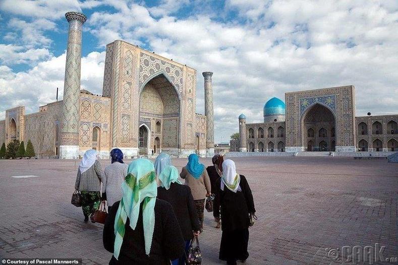 Өглөөний мөргөлдөө явж буй иргэд - Самарканд хот, Узбекистан