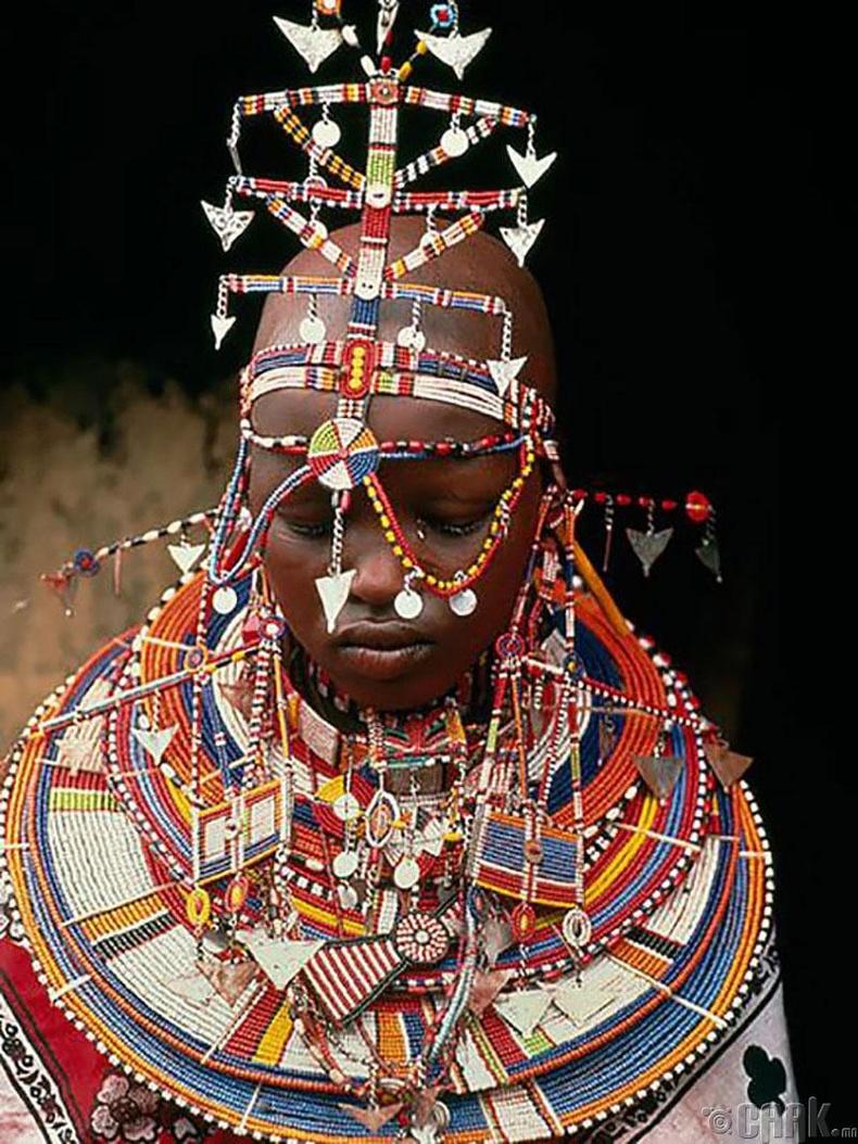 Кени бэрүүд нийт 20 хэсгээс бүрдэх толгойн зүүлт зүүдэг