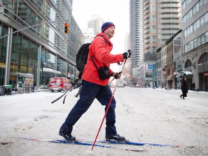 Цастай өглөө ажилдаа цанаар явахаар шийдсэн эр, Нью-Йорк
