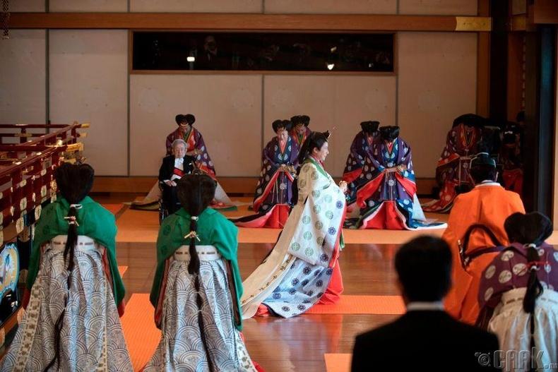 Хатан хаан Масако ёслолын өргөөнөөс гарч байгаа нь