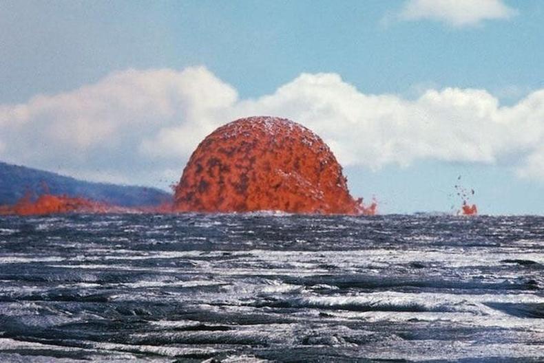 Далай доорх галт уул оргилж байгаа нь, Хавай