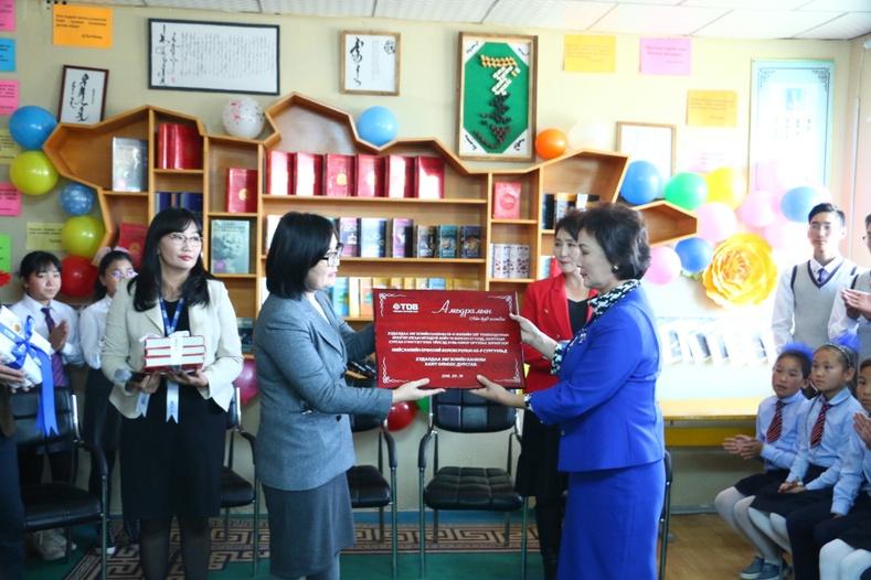 Худалдаа хөгжлийн банк ерөнхий боловсролын 65-р сургуулийн номын санг тохижуулж өглөө