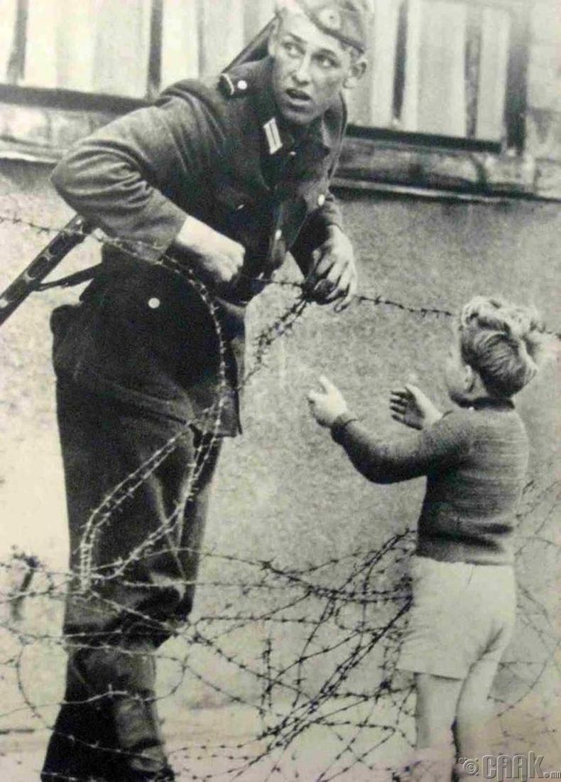 Нэгэн цэрэг Берлиний ханаар нэвтрэх гэсэн хүүд тусалж байгаа нь