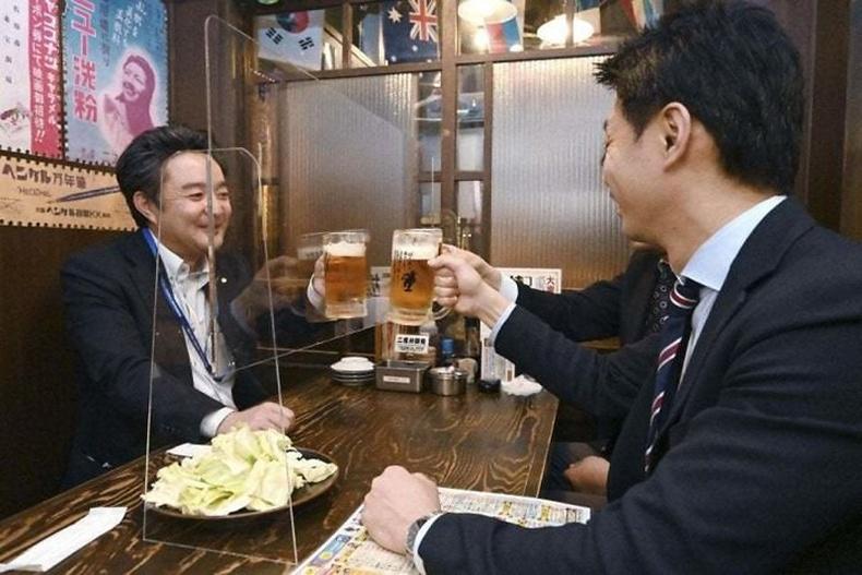 Японы баар ингэж үйлчлүүлэгчдээ тусгаарлажээ