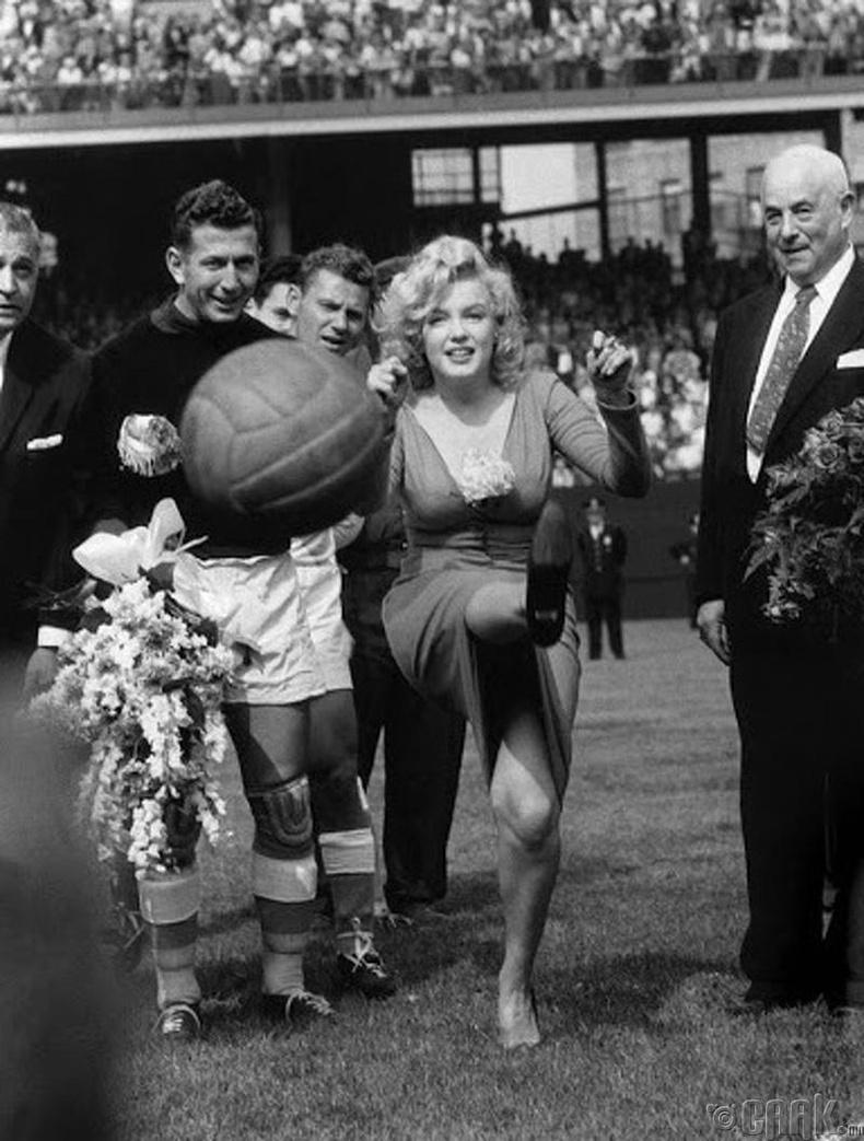 Мэрилин Монро (Marilyn Monroe) америк хөл бөмбөгийн нээлтийн тоглолтын үеэр