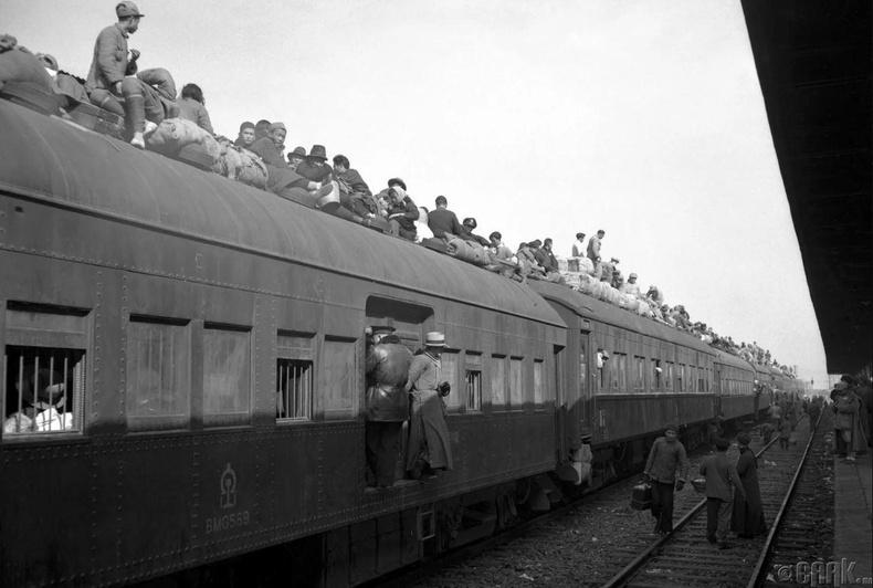 Мөргөлдөөнөөс зугтахын тулд хүмүүс Нанкин дахь галт тэрэгний дээр авирч гарсан нь, 1949 оны 2-р сарын 5
