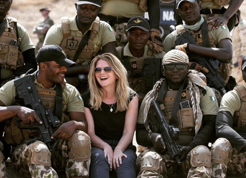 Нигерийн тэнгисийн цэргийн хүчнийхэн Британи сэтгүүлчийн хамт