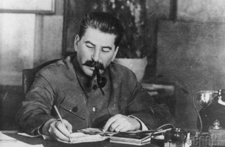 Иосеф Сталин Никита Хрушёвт алуулсан