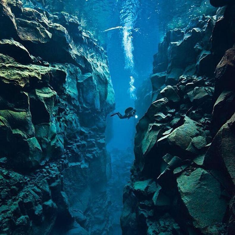 Исланд бол дэлхийн хоёр тектоник хавтны хооронд сэлж болох цорын ганц газар юм