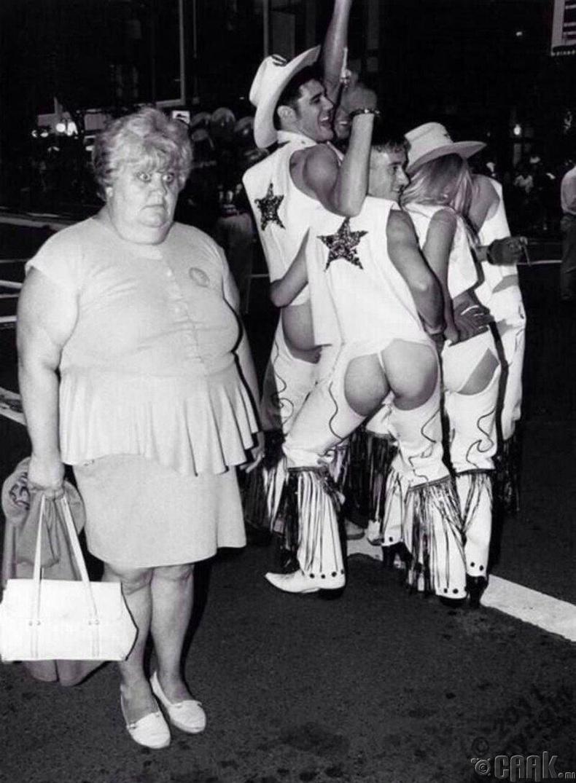 """Нью Орлеанс дахь """"Mardi Gras"""" наадмыг сонирхож буй эмэгтэй - 1980-аад он"""