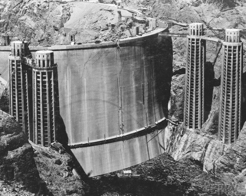 Ховерын далан-Уг нуман хаалга бүхий бетонондалан нь 221 метр өндөр, усан цахилгаан станц бөгөөд1936 онд Колорадо голын доод хэсэгт баригджээ