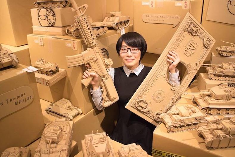 Цаасан хайрцагнуудаар сийлбэр хийдэг Япон бүсгүй