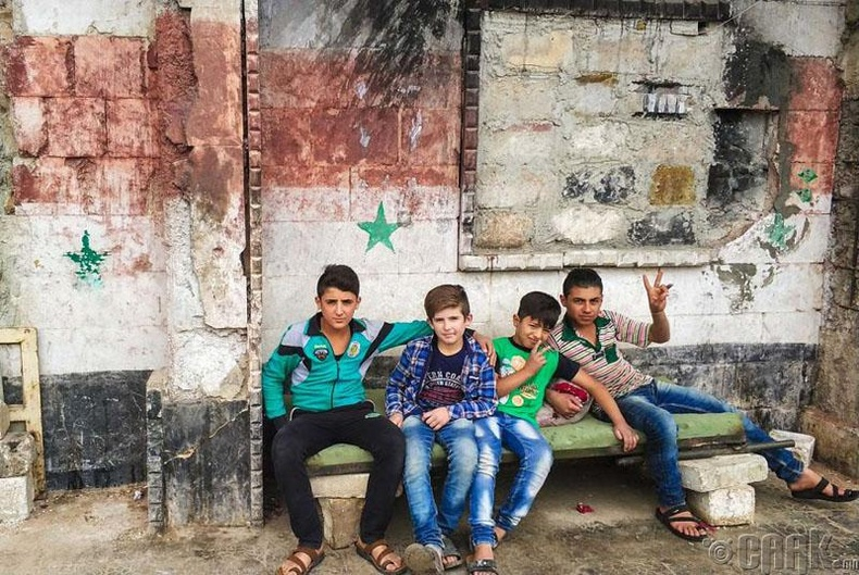 Гудамжинд тоглох хүүхдүүд