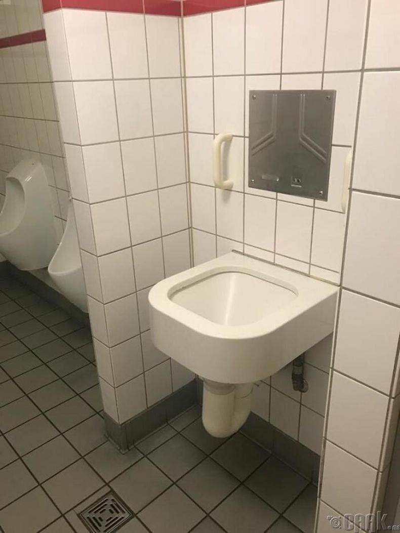 """""""Германы Кёльн хотын ариун цэврийн өрөөнд ийм хачин суултуур байгааг анзаарав. Энэ ямар учиртай вэ?"""""""