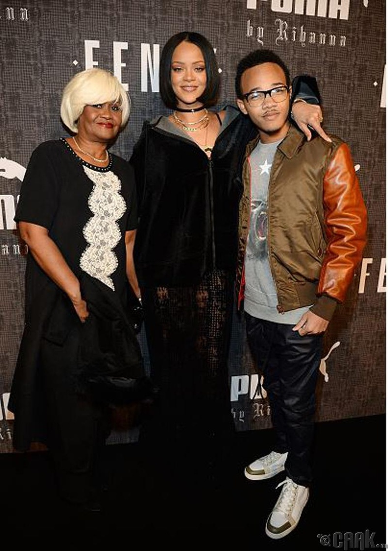 Рианна, Ражад Фентти нар ээжийн хамт (Rihanna with Rajad Fenty)
