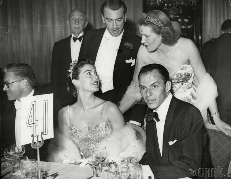 Их Британийн хатан хаан Элизабет II (Elizabeth II) 1952 онд хаан ширээнд сууснаас хойш эмэгтэйчүүд жижиг титэм зүүх болжээ