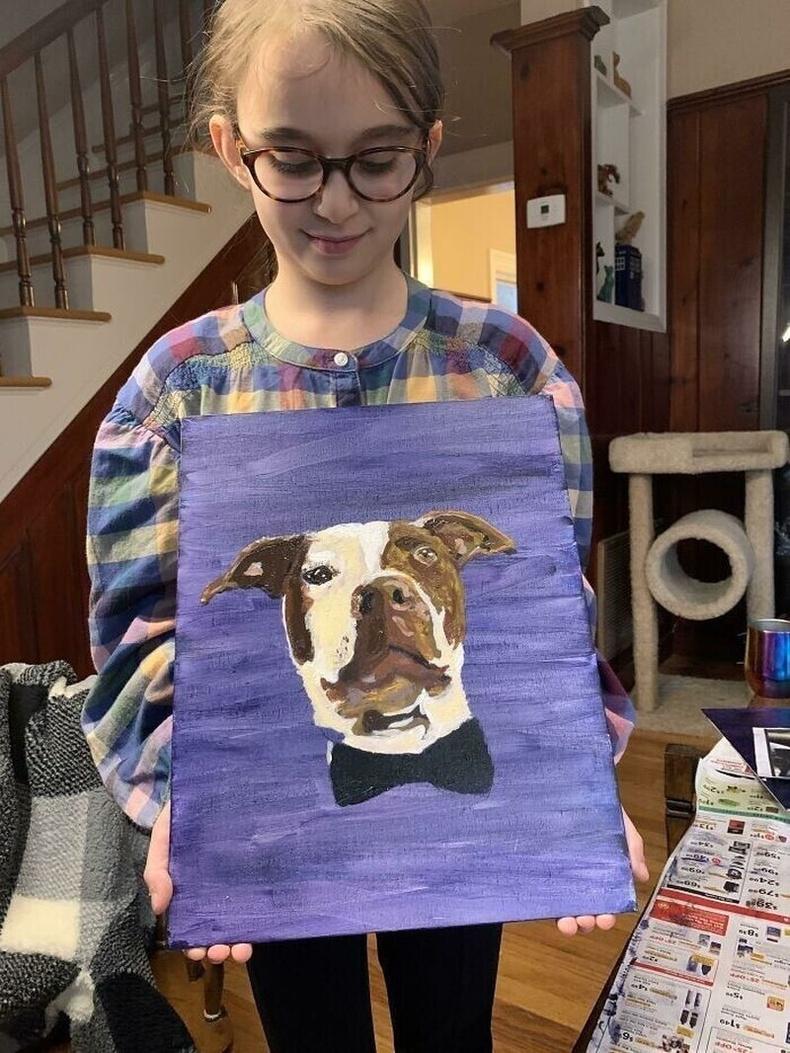 Эзэнгүй амьтдад орон гэртэй болоход нь туслахаар зурсан зургаа зарж, хандив цуглуулж буй 8 настай охин
