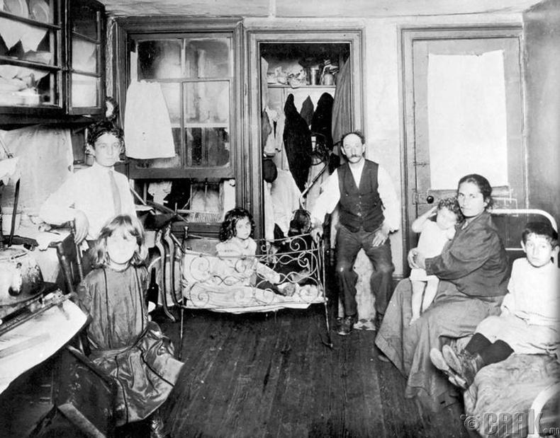 Нью-Йорк хотын ядуусын хороололд нэг өрөө бүхий сууцанд амьдардаг гэр бүл - 1890 он