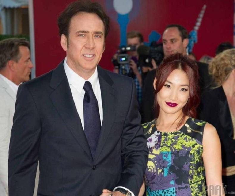 Николас Кэйж (Nicolas Cage) болон зөөгч Алис Ким (Alice Kim)