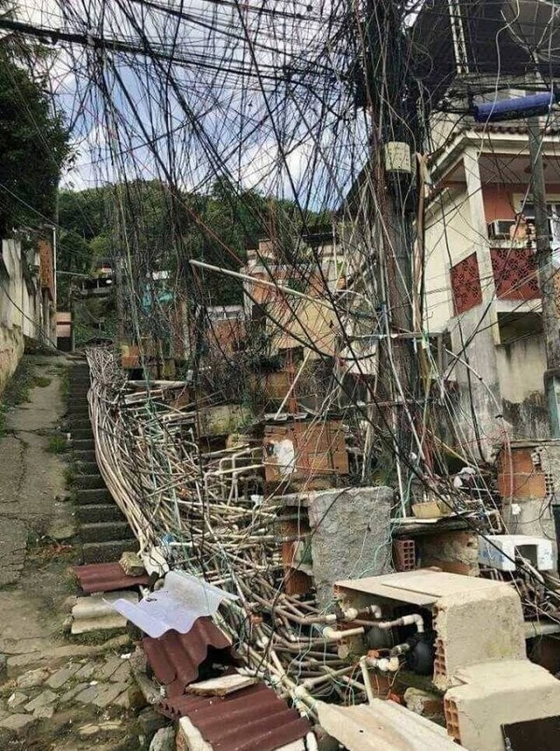 Рио-де-Жанейрогийн ядуусын хороолол дахь цахилгааны утас, усны шугамууд