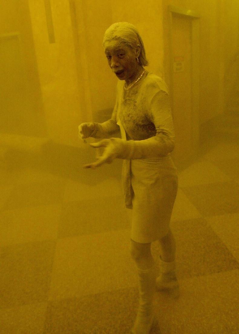 Халдлагаас зугтаж, Нью-Йоркийн нэгэн оффист хоргодож буй эмэгтэй