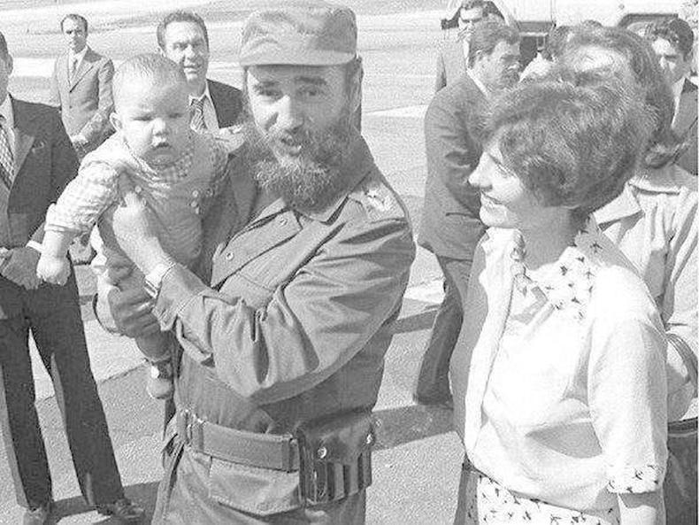 Кубын удирдагч Фидель Кастро өнөөгийн Канадын ерөнхий сайд Жастин Трюдо (Justin Trudeau)-г тэвэрч буй нь, 1972 он.