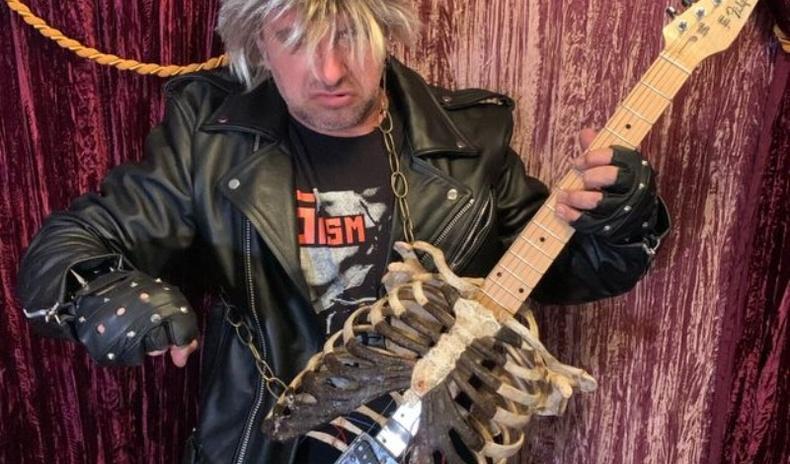 """""""Үхлийн метал"""" - Авга ахынхаа араг ясаар гитар хийсэн эр"""