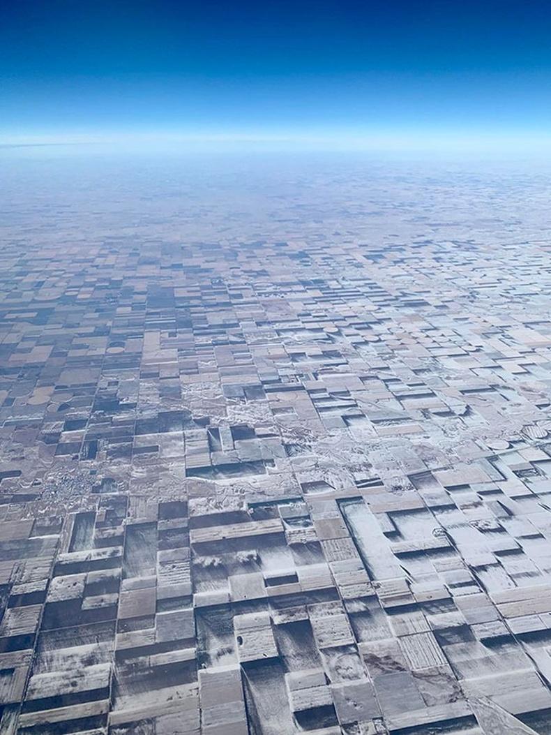 Цасанд хучигдсан тариалангийн талбайнууд онгоцноос 3D мэт харагдаж байна