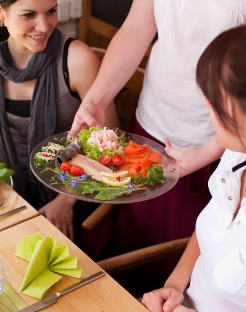 Хамт сууж буй хүмүүст хоолыг нь авчрахыг хүлээлгүйгээр хооллож эхэлдэг