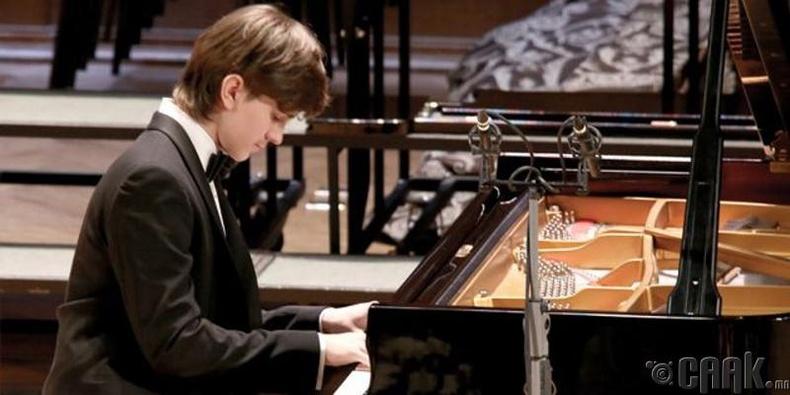 Мэргэжлийн төгөлдөр хуурч Данил Харитонов