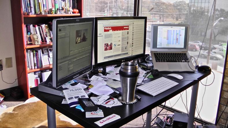 Ажлын ширээн дээрээ огт байлгаж болохгүй зүйлс