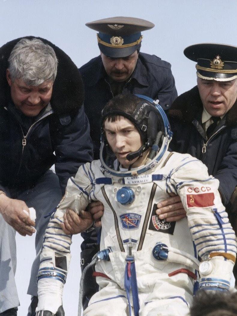 Сансрын нисгэгч Сергей Крикалев ЗХУ-ын үед нисээд жилийн дараа ОХУ-д буусан юм - 1992 он