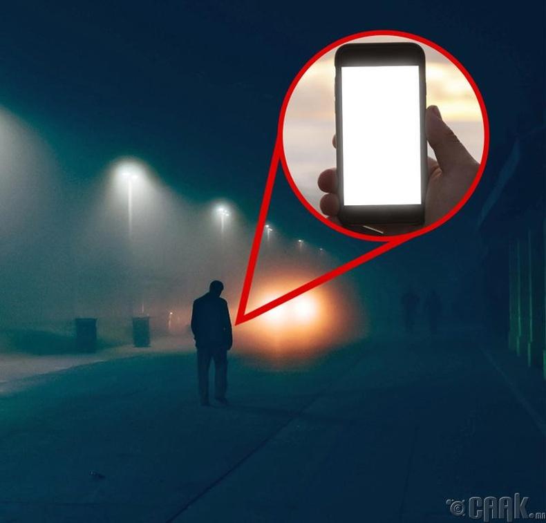 Харанхуйд машин зам гарахдаа утасныхаа гэрлийг асаа